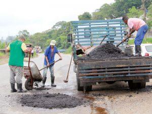 Material é usado para tapar buracos nas vias