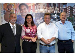 A secretária Sandra Malvese, o prefeito Gabriel Maranhão e Antonio Lajarin, da CDHU Crédito da foto: JM Pereira/CDHU