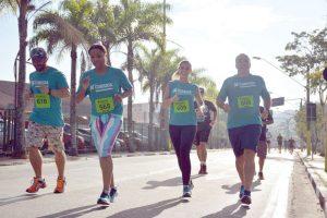 Atletas e prefeito Kiko (último a direita) participaram da corrida