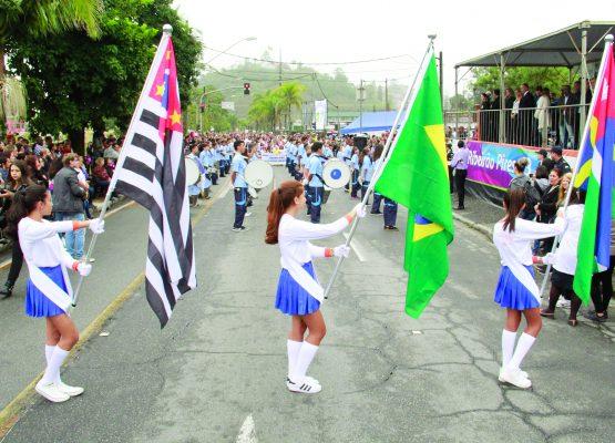 Alunos da rede pública e seus familiares marcaram presença no desfile