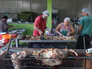 comunidade preparando o porco