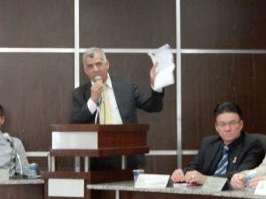 Vereador exibe B.O que fez contra a secretária de Saúde